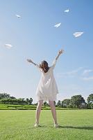 腕を伸ばす日本人女性