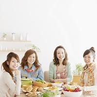 ホームパーティーを楽しむ日本人女性