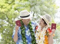 パスポートを持ったシニア夫婦