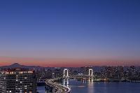 東京都 江東区 有明から望む東京湾とレインボーブリッジの夕景