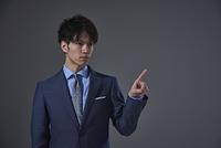 指をさす日本人ビジネスマン