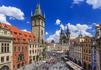 チェコ プラハ 左:旧市庁舎 右:ティーン教会