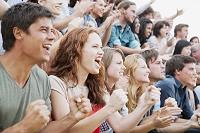 拳を握り応援する観客