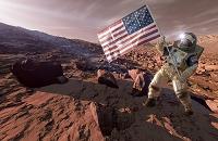 火星に立つアメリカ国旗を持つ宇宙飛行士