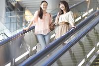 空港のエスカレーターに乗る日本人女性