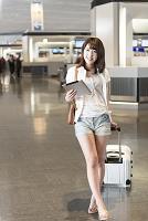 空港内を歩く日本人女性