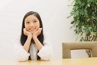頬杖つく日本人の女の子