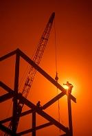 夕日に照らされる建設現場