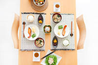 食卓の上の料理
