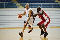 ドリブルでカットインするバスケ選手