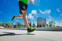 街中をジョギングする若い外国人男性