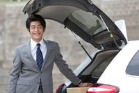 営業車と笑顔の日本人ビジネスマン