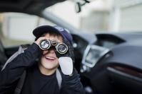 双眼鏡を覗く男の子
