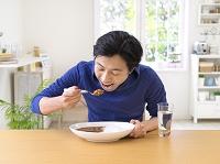 カレーを食べようとしている日本人男性