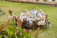 庭で食事をする家族