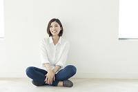 胡座をかいて座る20代日本人女性