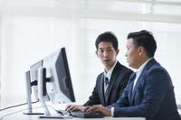 オフィスで研修を受ける日本人ビジネスマン