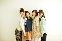 寄り添う若い日本人女性