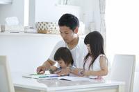 塗り絵をする日本人親子