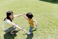 公園で遊ぶ母と息子
