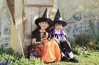 ハロウィンの仮装をして玄関で待つ子ども達