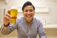 オンライン飲み会を楽しむ日本人の若者