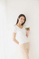 グリーンスムージーを持つ日本人女性