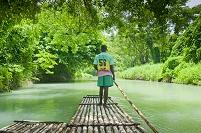 ジャマイカ 筏を漕ぐ男性