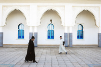 モロッコ シャフシャウエン モスクを通り過ぎる男性