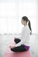 座禅を組む20代日本人女性