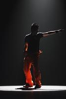 スポットライトを浴びるダンサー