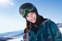 スキーウェアを着た笑顔の女性