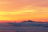 朝日に染まる雲海と八ヶ岳