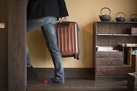 バッグを持つ旅行客