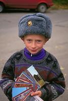 ロシア 絵葉書を売る男の子