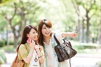 指を差す笑顔の日本人女性