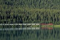 カナダ ワプタ・レイクと貨物列車