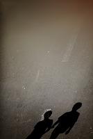 道を歩く影