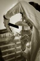 髪の毛をカットする男性美容師