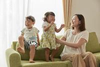 テレビを見る団らんの家族