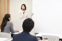 セミナーで説明する日本人ビジネスウーマン
