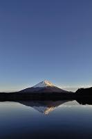 山梨県 精進湖と夕照の富士山
