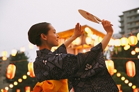 盆踊りを踊る浴衣の女性