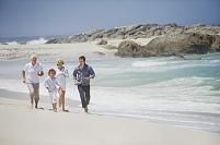 波打ち際を走る家族