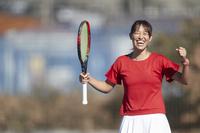 ガッツポーズをする女子テニス選手