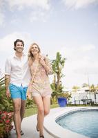 プールサイドを歩く外国人カップル