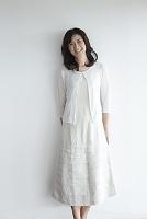 白い壁の前に佇む日本人女性