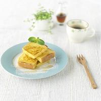 フレンチトーストとコーヒーのある朝食