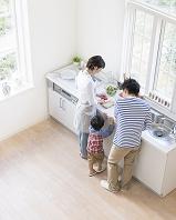 キッチンに立つ日本人家族