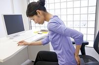 腰痛に悩むビジネス女性